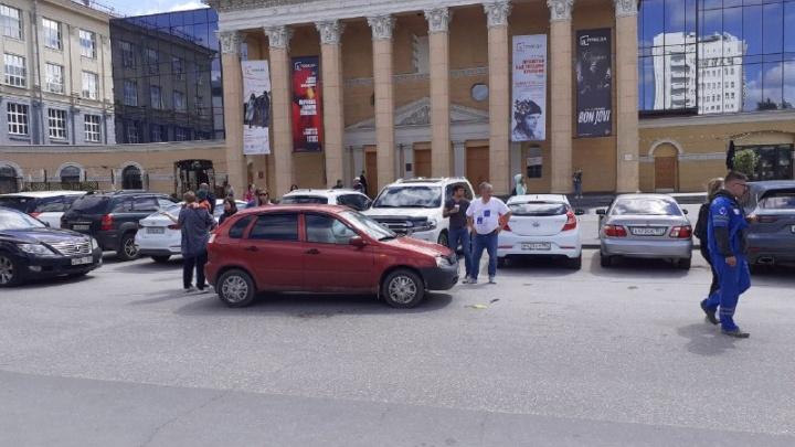 В Новосибирске автомобиль сбил женщину рядом с парковкой кинотеатра «Победа»