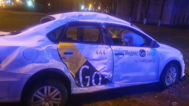 Такси влетело под грузовик: в Ярославле на Московском проспекте произошло ДТП