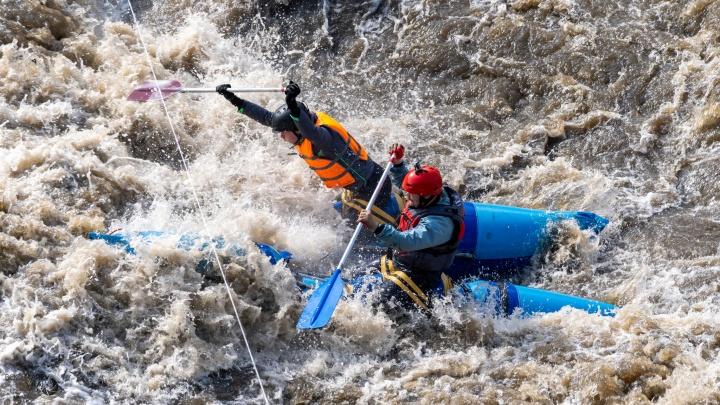 Летели по волнам и бились о скалы. Фоторепортаж с экстремальной гонки уральских гребцов в ледяной реке