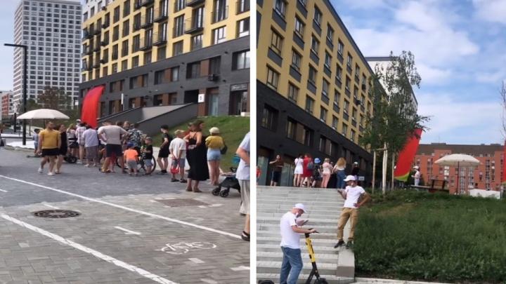 В ЖК «Европейский берег» люди выстроились в очередь за мороженым