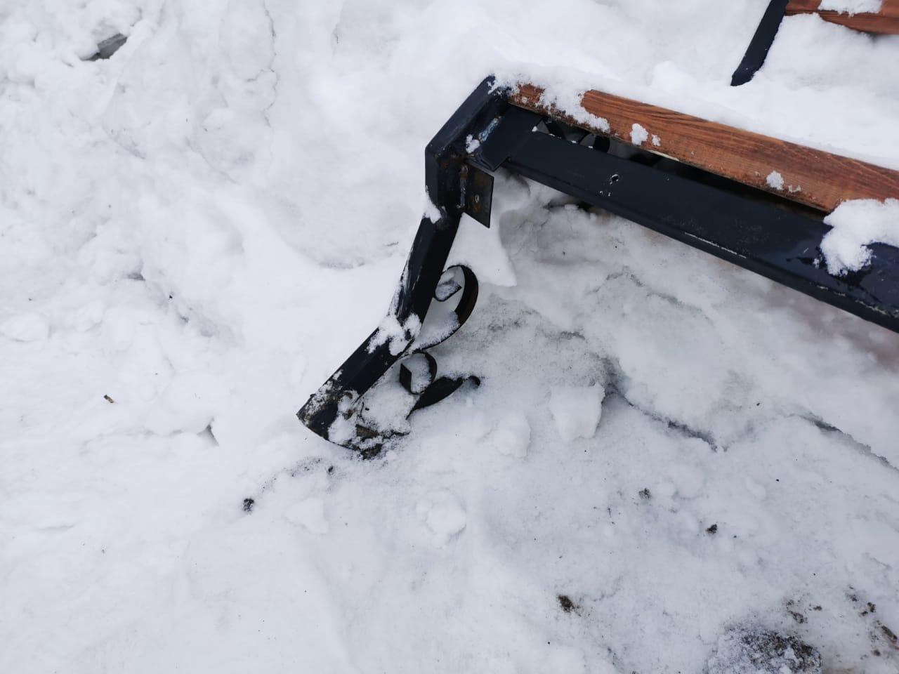 """Также она поделилась снимками последствий уборки снега. Это с корнем вырванная новая лавочка возле <nobr class=""""_"""">дома № 132</nobr> на улице Троллейной"""