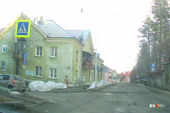 Мужчина бегал по улицам рано утром