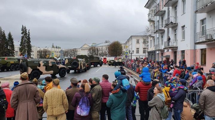 Толпы людей и танки на Советской площади: смотрим в прямом эфире парад Победы в Ярославле