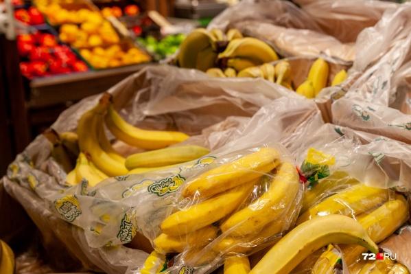 """Стоимость бананов в крупных продуктовых супермаркетах Тюмени заметно выросла: если раньше за один килограмм нужно было заплатить около <nobr class=""""_"""">50 рублей</nobr>, то сейчас — от 60 до <nobr class=""""_"""">90 рублей</nobr>"""