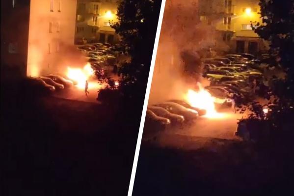 По информации группы «АСТ-54», сгоревший автомобиль — Opel