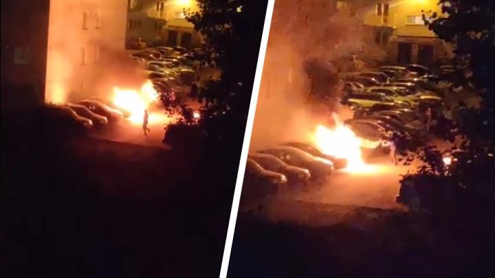 Поздно вечером на Виталия Потылицына сгорел автомобиль — пожар попал на видео