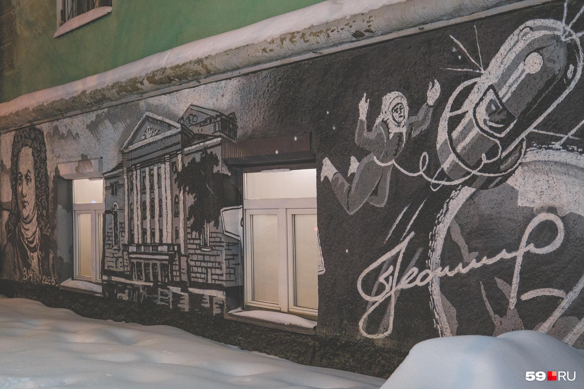 Снаружи бар украшен граффити со знаковыми для Перми людьми — от Татищева до космонавтов, приземлившихся после полета в Прикамье