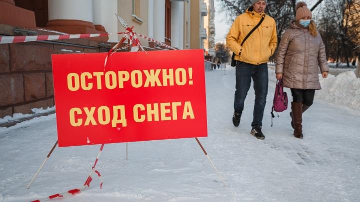 Во время митинга в поддержку Навального в центре Кемерово усердно убирали снег. Но так и не убрали