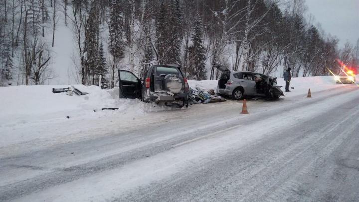 На дороге в Шерегеш столкнулись две легковушки. Три человека погибли, еще один пострадал