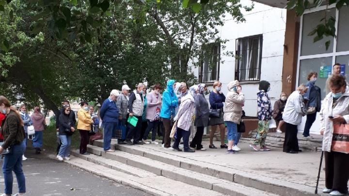 «В 8 утра была еще длиннее»: очередь в челябинскую поликлинику растянулась на улицу