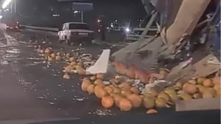 Грустное происшествие: грузовик с дынями попал в ДТП на Мызинском мосту