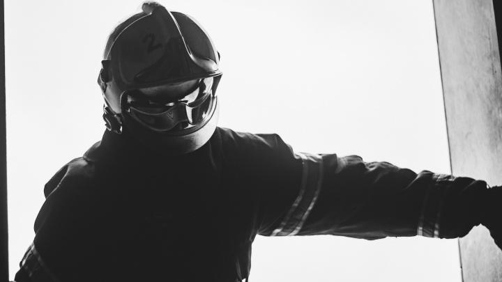 «Вид горящего дерева завораживает»: молодой омский пожарный делает снимки о своей профессии