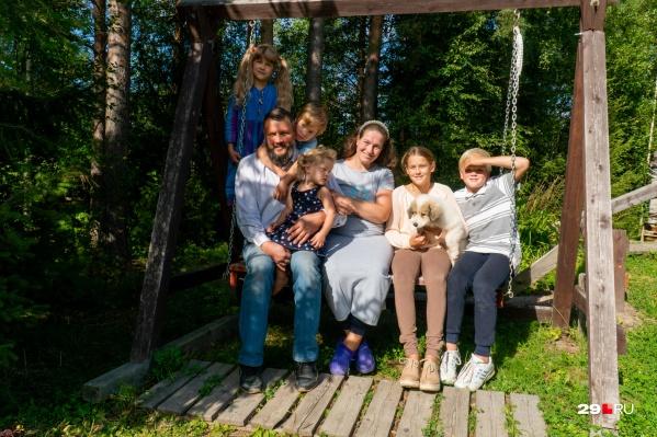 В семье Кирилловых дети помогают родителям по дому, сами ухаживают за грядками и заботятся друг о друге