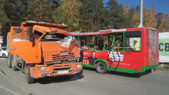 В Екатеринбурге самосвал разорвал бок пассажирского автобуса