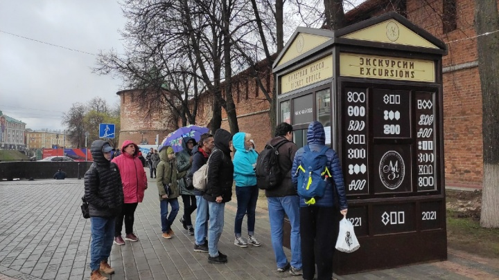 На площади Минина появился экскурсионный киоск. Его установили потому, что территория кремля закрыта на ремонт