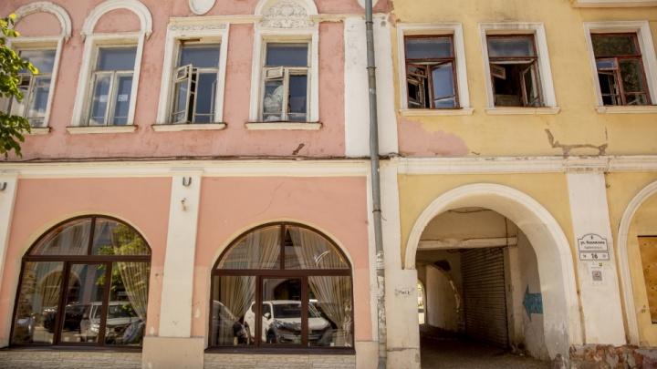 Пока не культурное наследие: власти объяснили, почему исторический дом в центре превратился в бомжатник