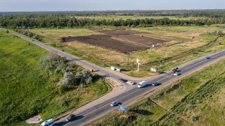 «Рассчитана на 6000 машин в сутки, а ездит 40 000»: под Волгоградом начали прокладывать трассу через пойму