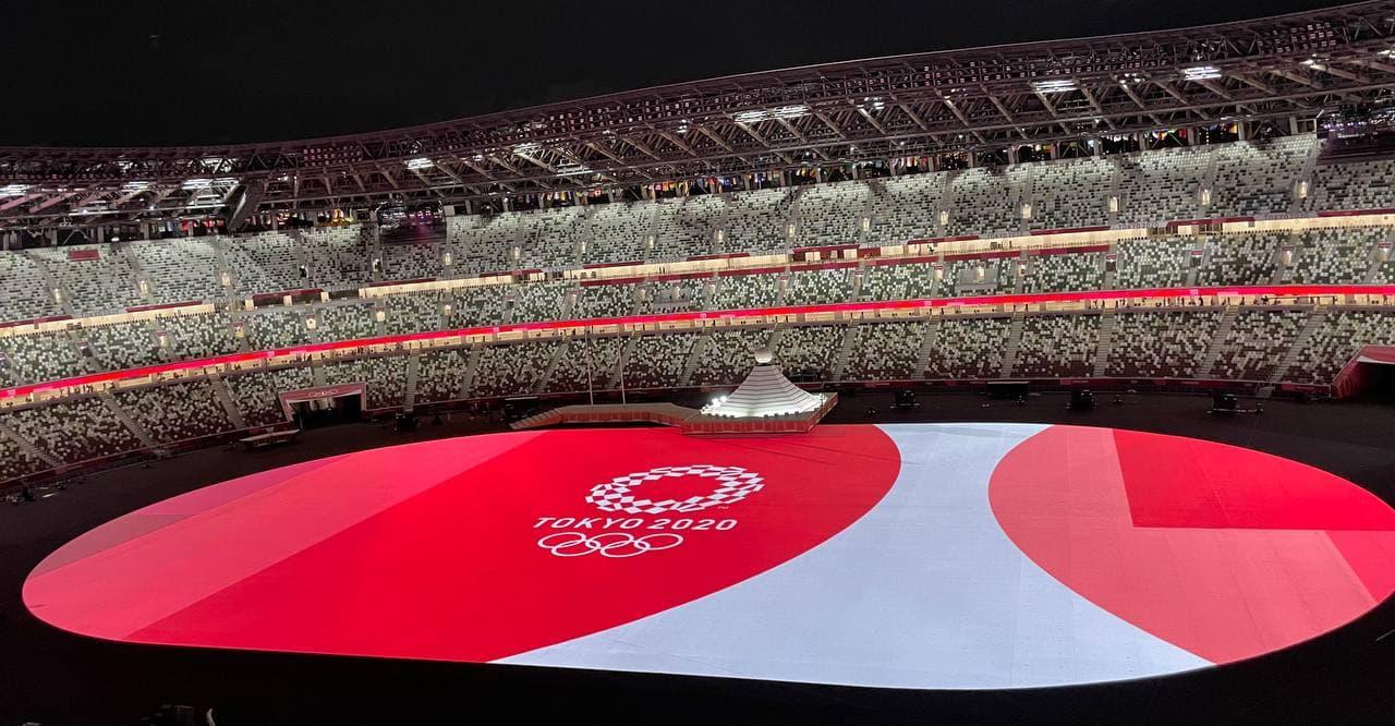 Стадион перед началом церемонии открытия выглядит безжизненным