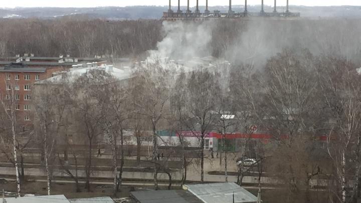 Больше 40 спасателей тушили горящую кемеровскую многоэтажку