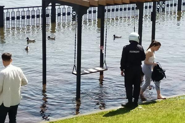 В полиции считают нахождение горожан в воде опасным
