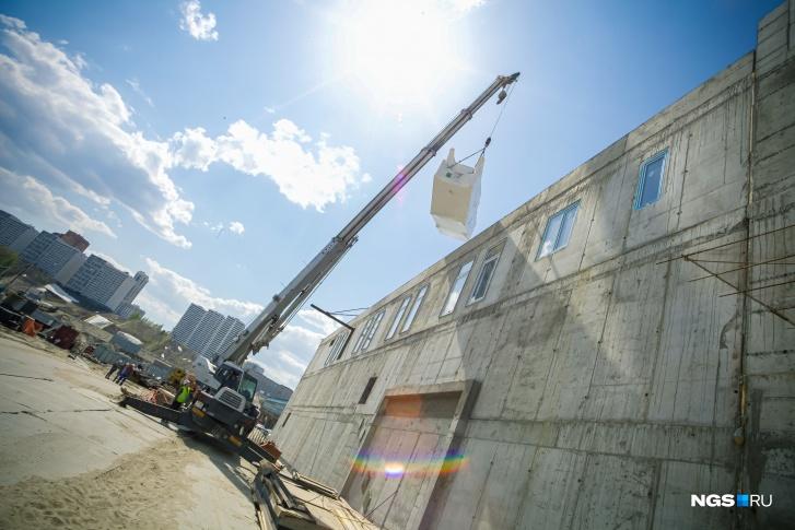 """Следующая поставка эскалаторов ожидается в двадцатых числах мая. Ранее мэр заявлял о том, что&nbsp;после установки всех <nobr class=""""_"""">12 эскалаторов</nobr> станция будет готова на две трети"""