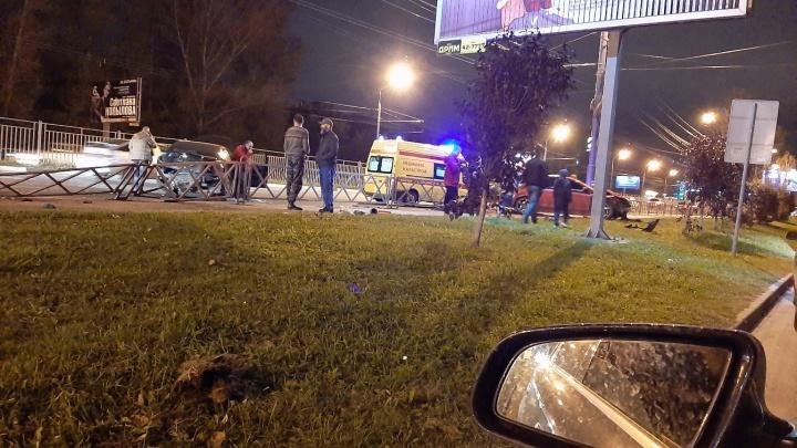 Массовое ДТП в Ярославле: на Московском проспекте иномарка протаранила забор и перевернулась