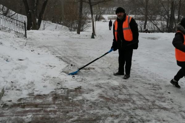 Контракт на уборку снега ИП Нестеров выиграл зимой 2020 года, затем летом занимался зеленью на Университетской набережной, однако в этом году из Калининского района ушел