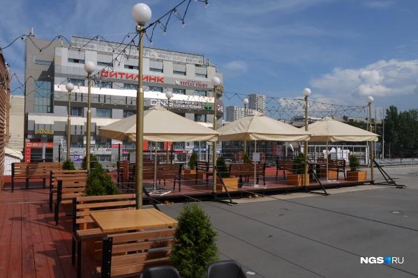 Площадка расположена на настиле, который выложен буквой «Г» по краю крыши рынка