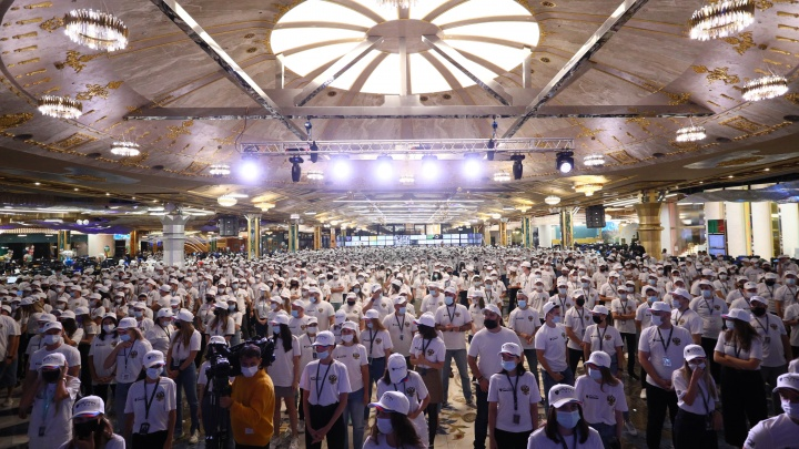 Для Лаврова в Екатеринбурге танцевали 5000 человек. Показываем флешмоб армии «Сима-ленда»