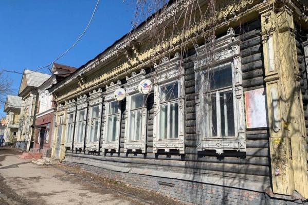 Со слов общественницы Эльзы Маулимшиной, есть инвесторы, которые хотят отреставрировать здание, но власти не выставляют его на торги