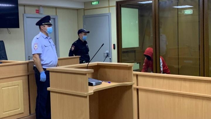 Молчит, не показывает лицо. Как в суде ведет себя предполагаемый убийца Насти Муравьёвой