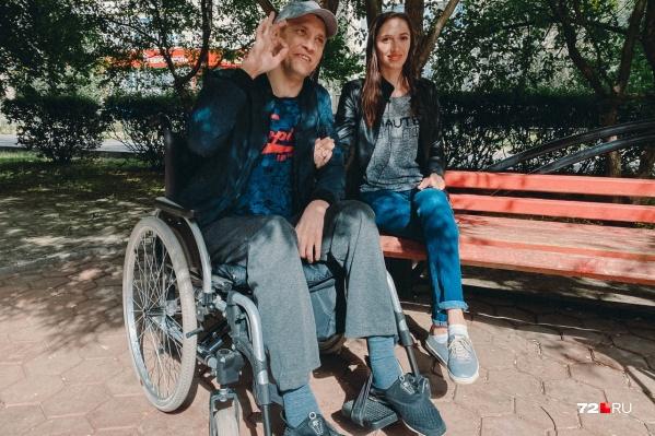 В один из летних дней в жизни этой пары случилась беда: Петр прыгнул в воду — теперь он в инвалидном кресле. Но и он, и его жена верят, что временно