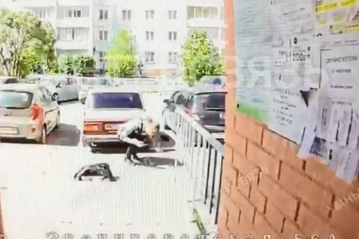 Курьера ударили в лицо, а затем поставили подножку, и он рухнул на землю