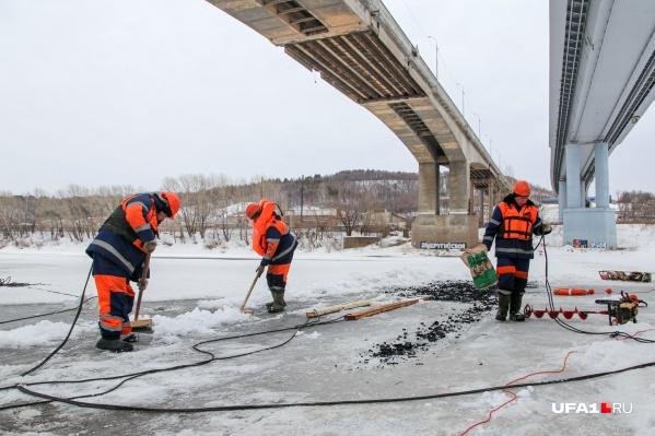 Как объяснили работники, чтобы ускорить вскрытия рек ото льда, его нужно подпилить