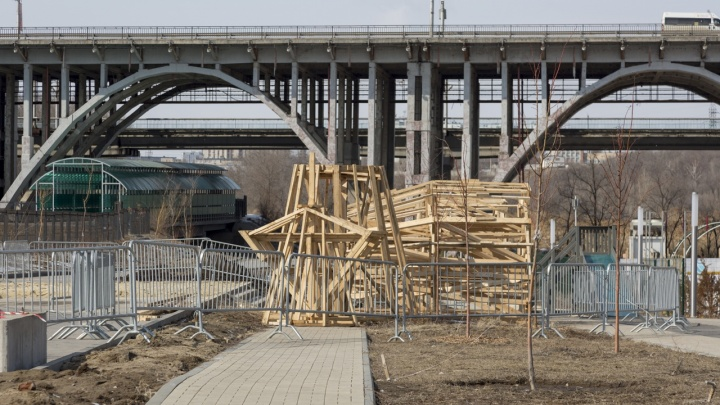 В Волгограде ставят Масленицу, пожертвовав несколькими молодыми деревцами