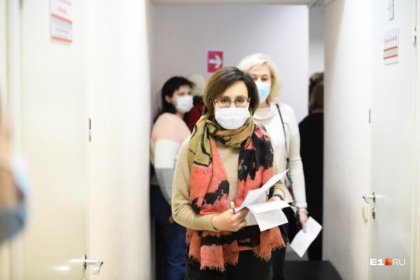 В некоторых регионах люди ждут своей очереди на вакцинацию по два месяца