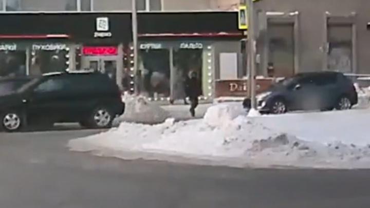 На Красном проспекте таксист сбил мужчину в капюшоне — изучаем на видео, есть ли вина пешехода