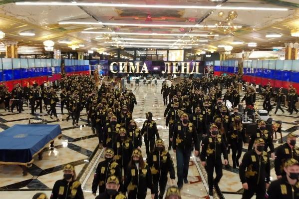 Сотни сотрудников «Сима-ленда» снялись в клипе