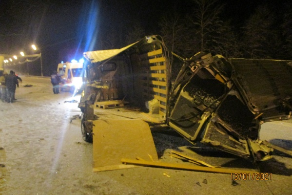 От удара кузов грузовика разлетелся