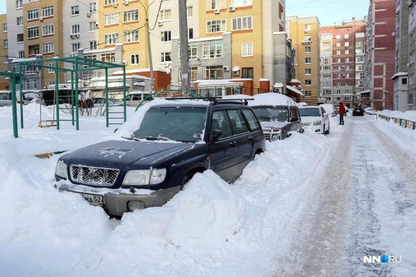 Завал машины снегом после уборки двора — одна из самых распространенных проблем зимой