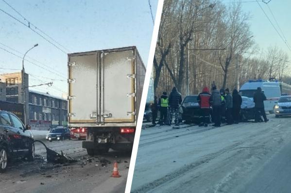 Авария на Сибиряков-Гвардейцев перекрыла трамвайные пути