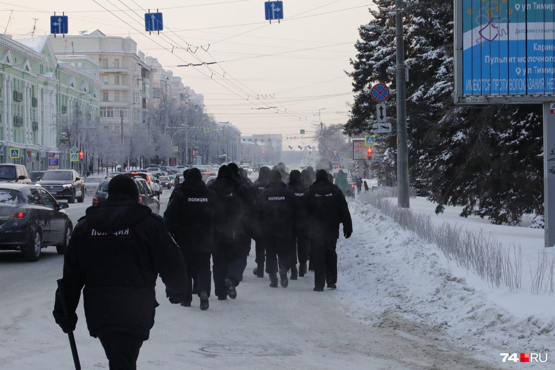 Обежать шествие полицейские пытались прямо по проезжей части