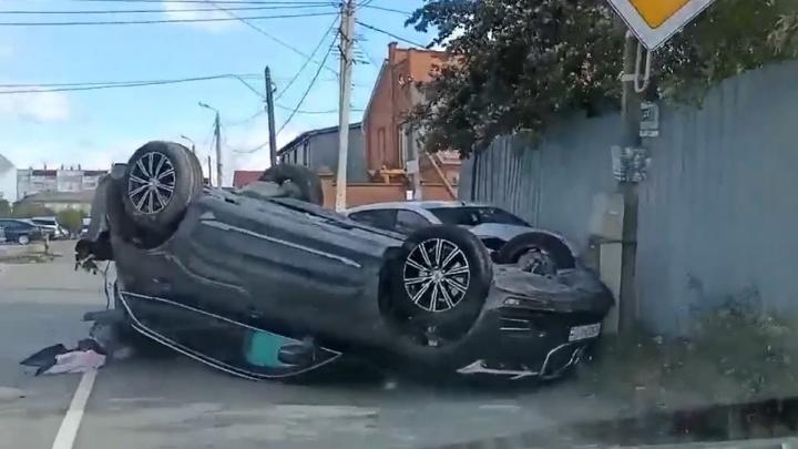 В Челябинске два человека пострадали в ДТП с переворотом