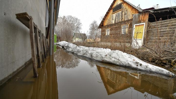 «Вода лилась стеной». В Екатеринбурге затопило ЕКАД и сады вдоль Челябинского тракта
