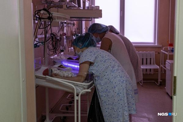 В перинатальном центре мамы приходят к детям в реанимацию — общаются с малышами, кормят их