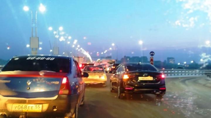 На Фрунзе изменили работу светофора, чтобы уменьшить пробки у метромоста