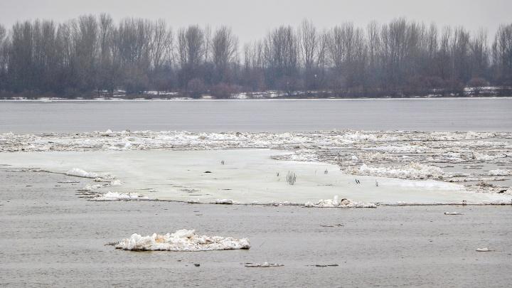Две дороги в Нижегородской области затопило из-за паводка. Жители деревни добираются домой на лодках