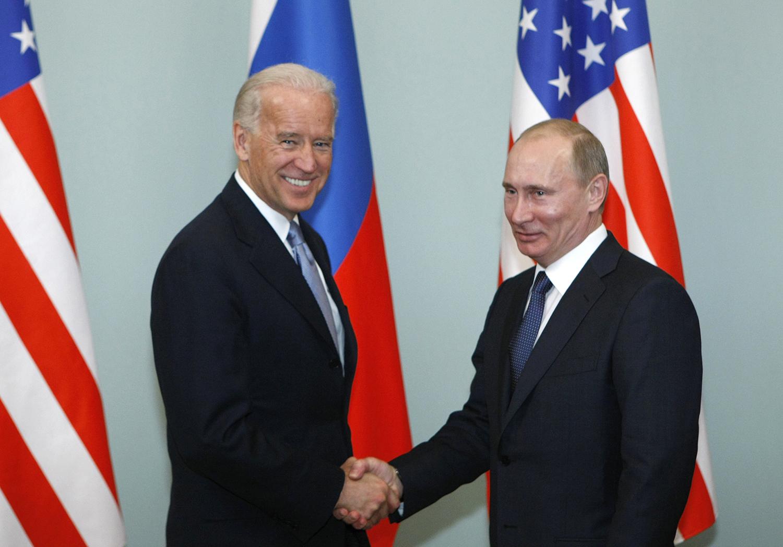 Архивное фото: март 2011 года.&nbsp;Вице-президент США Джозеф Байден и премьер-министр России Владимир Путин (слева направо) во время встречи<br>