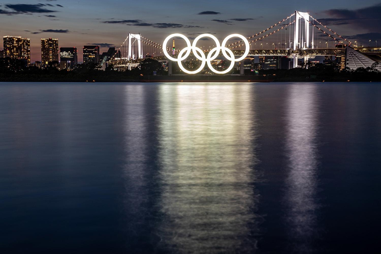 Токио. Олимпийские кольца на барже у Радужного моста<br /><br />автор фото Сергей Бобылев / ТАСС