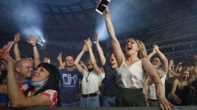 «Алёшка», красные шары и сотни фонариков: лучшие фото с концерта группы «Руки Вверх!» в Волгограде